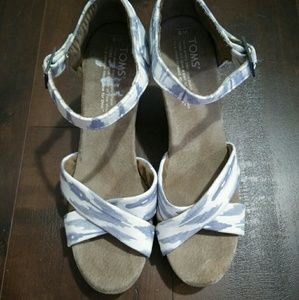 New TOMS Wedge Strappy Sandals Ikat Blue White 8